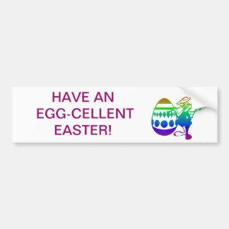 Conejito de pascua que pinta un huevo etiqueta de parachoque