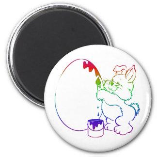 Conejito de pascua que pinta un huevo imán redondo 5 cm