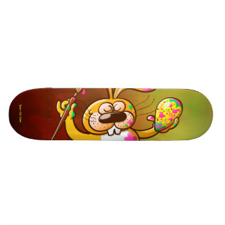 Conejito de pascua que pinta un huevo tablas de skate