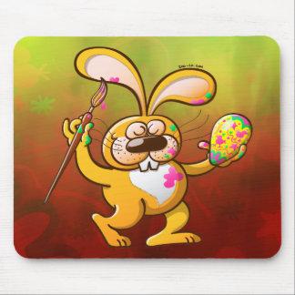 Conejito de pascua que pinta un huevo alfombrillas de ratones