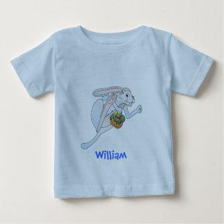 Conejito de pascua y cesta de funcionamiento de t-shirts