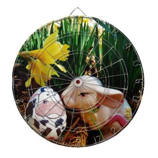 Conejito de pascua y huevo de la vaca tablero de dardos