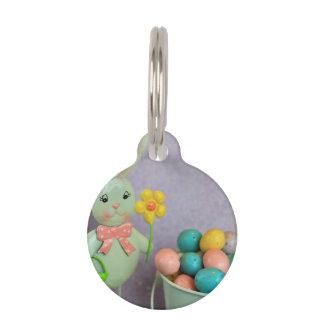 Conejito de pascua y huevos de caramelo identificador para mascotas