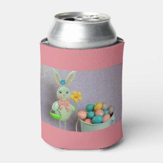 Conejito de pascua y huevos de caramelo enfriador de latas