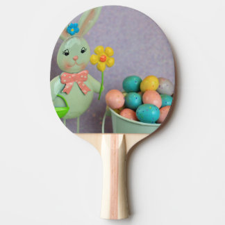 Conejito de pascua y huevos de caramelo pala de tenis de mesa