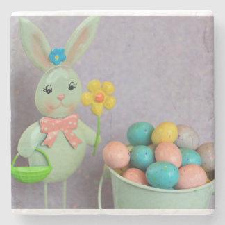 Conejito de pascua y huevos de caramelo posavasos de piedra