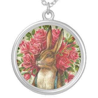 Conejito de pascua y postal antiguos de los rosas colgante redondo