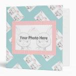 Conejito del bebé su carpeta de la foto