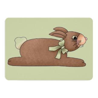 """Conejito del chocolate con el arco del verde de invitación 5"""" x 7"""""""