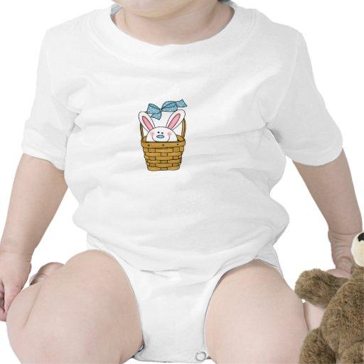 Conejito del muchacho en camiseta de la cesta de
