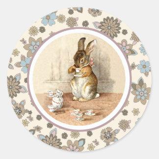 Conejito del vintage de Beatrix Potter. Pegatinas Etiqueta Redonda