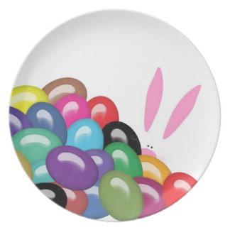 Conejito detrás de la placa de la melamina de las  platos para fiestas