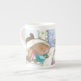 Conejito en cama con la taza de los insectos taza de porcelana