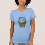 Conejito en camisetas y regalos azules de la cesta