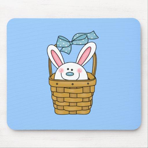 Conejito en camisetas y regalos azules de la cesta tapete de ratón