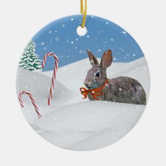 Conejito en el ornamento del navidad de la nieve adorno navideño redondo de cerámica