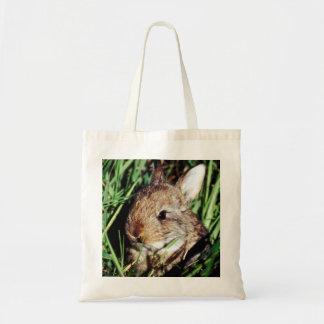 Conejito en la hierba bolsa