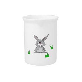 Conejito en la hierba jarras