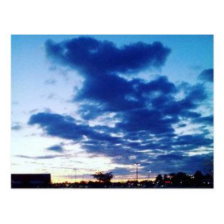 ¡Conejito en la postal de la nube del monopatín!