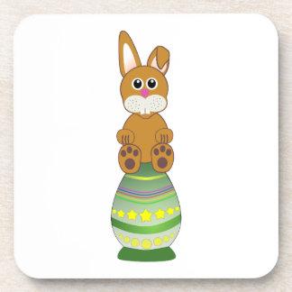 Conejito en un dibujo animado verde del huevo de P Posavasos De Bebida