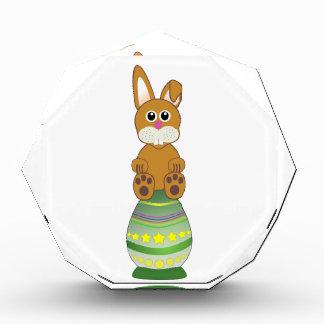 Conejito en un dibujo animado verde del huevo de P