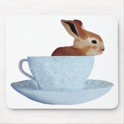 Conejito en una taza de té Mousepad