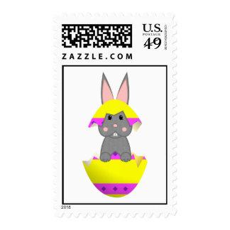 Conejito gris en un huevo amarillo envio
