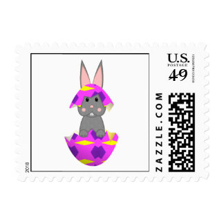 Conejito gris en un huevo rosado sellos
