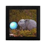 Conejito gris, pelota de golf azul