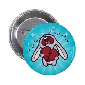 Conejito Hearted quebrado con el botón azul del Pin Redondo De 2 Pulgadas