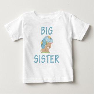 Conejito lindo 5 de la hermana grande playera para bebé