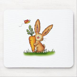 Conejito lindo con la zanahoria de Gerda Alfombrillas De Ratón
