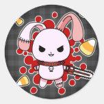 Conejito malvado lindo de Kawaii con la motosierra Etiqueta Redonda