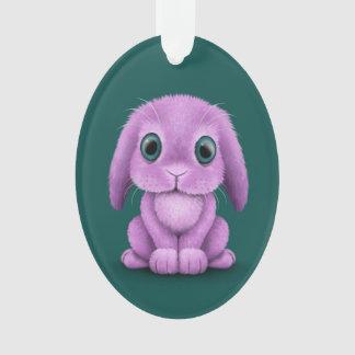 Conejito púrpura lindo del bebé en trullo