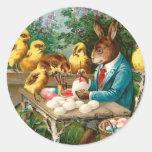 Conejito que pinta los huevos de Pascua Pegatina Redonda