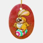Conejito que se sienta en un huevo de Pascua Ornamente De Reyes