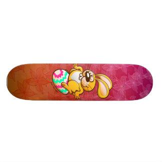 Conejito que se sienta en un huevo de Pascua Skate Board