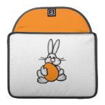 Conejito que sostiene el huevo anaranjado funda para macbooks