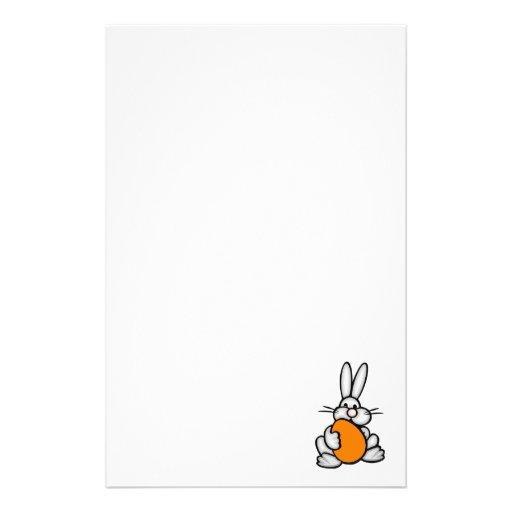 Conejito que sostiene el huevo anaranjado papeleria
