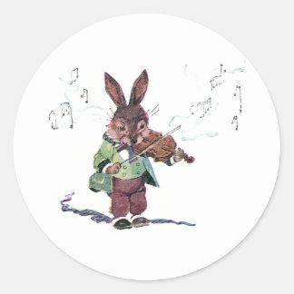 Conejito que toca el violín pegatina redonda