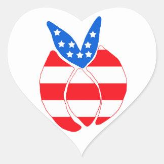 Conejito rojo, blanco y azul pegatina en forma de corazón