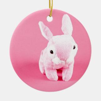 Conejito rosado lindo adorno navideño redondo de cerámica
