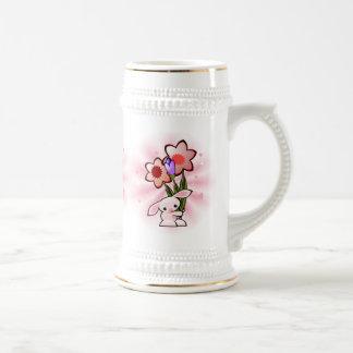 Conejito rosado lindo con las flores Pascua Tazas