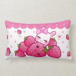 Conejito rosado lindo con las fresas del kawaii almohada
