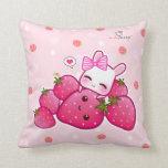 Conejito rosado lindo con las fresas del kawaii almohadas