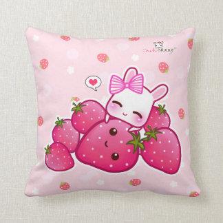 Conejito rosado lindo con las fresas del kawaii cojín