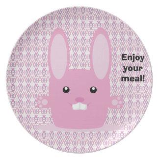 Conejito rosado plato de comida