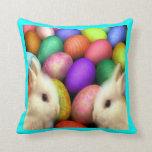 Conejito y almohada de tiro de los huevos de Pascu