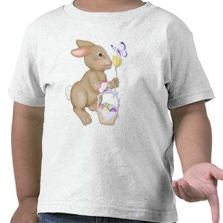 Conejito y cesta de pascua camiseta