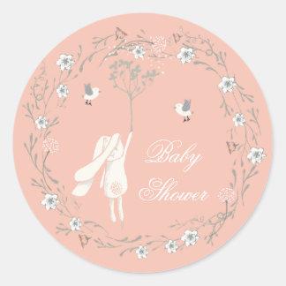 Conejito y fiesta de bienvenida al bebé floral de pegatina redonda